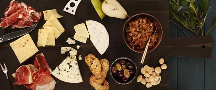 The easy guide for creating an amazing holiday cheese board