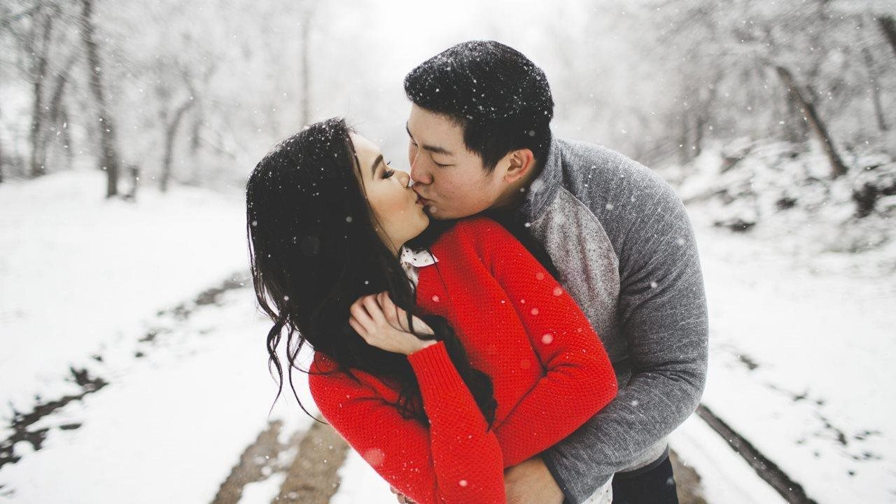 couple kissing on a snowy day