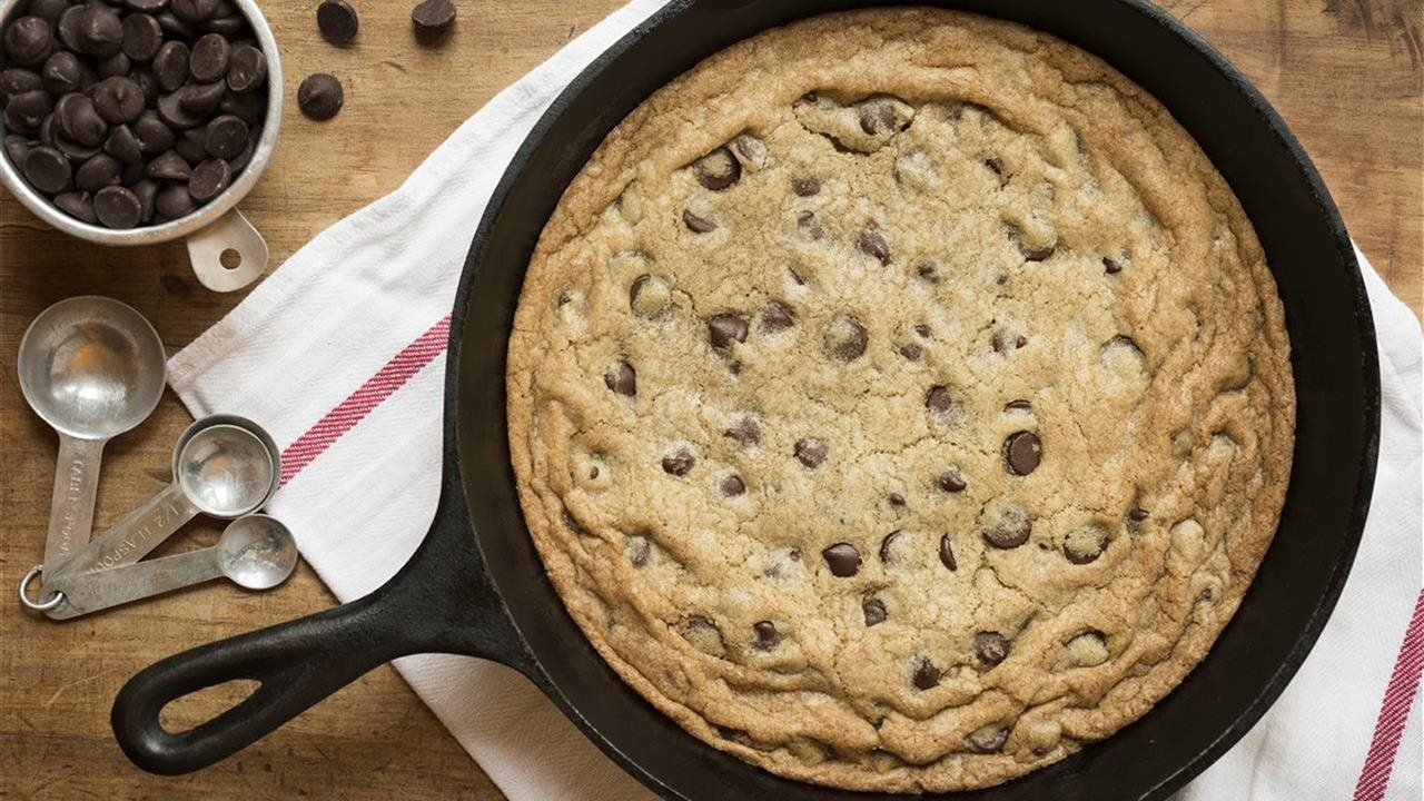 Skillet chocolate chip cookie sundae