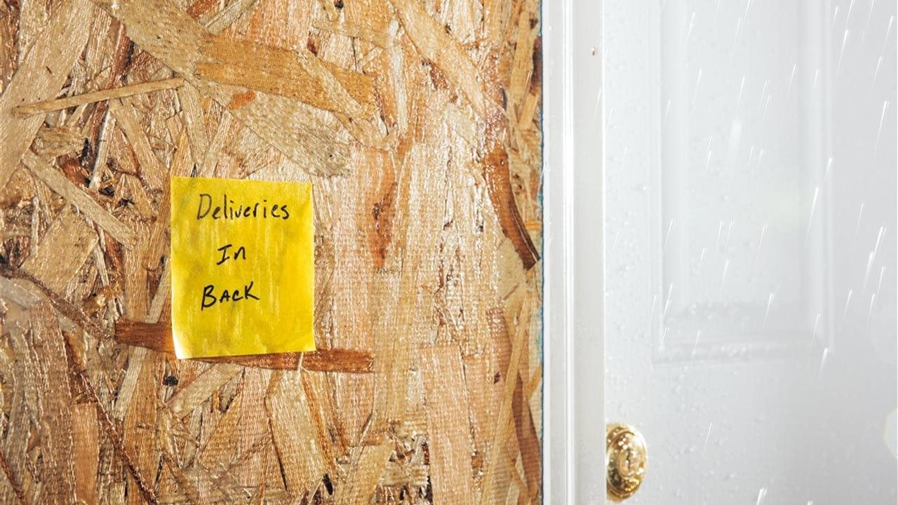 post-it regarding construction deliveries posted at door on site